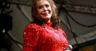loretta-lynn-smile-live-2016-u-billboard-1548-1540067870-640x423-1540070135-compressed.jpg